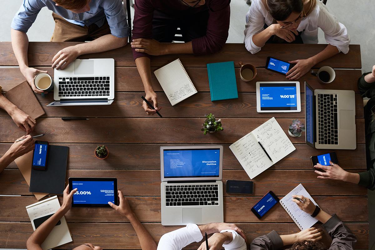 groupe de personnes en plein brainstorming