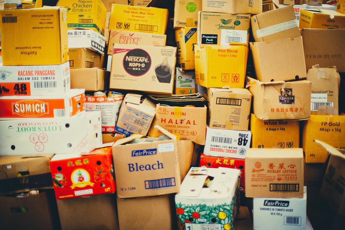 cartons de différentes marques empilés