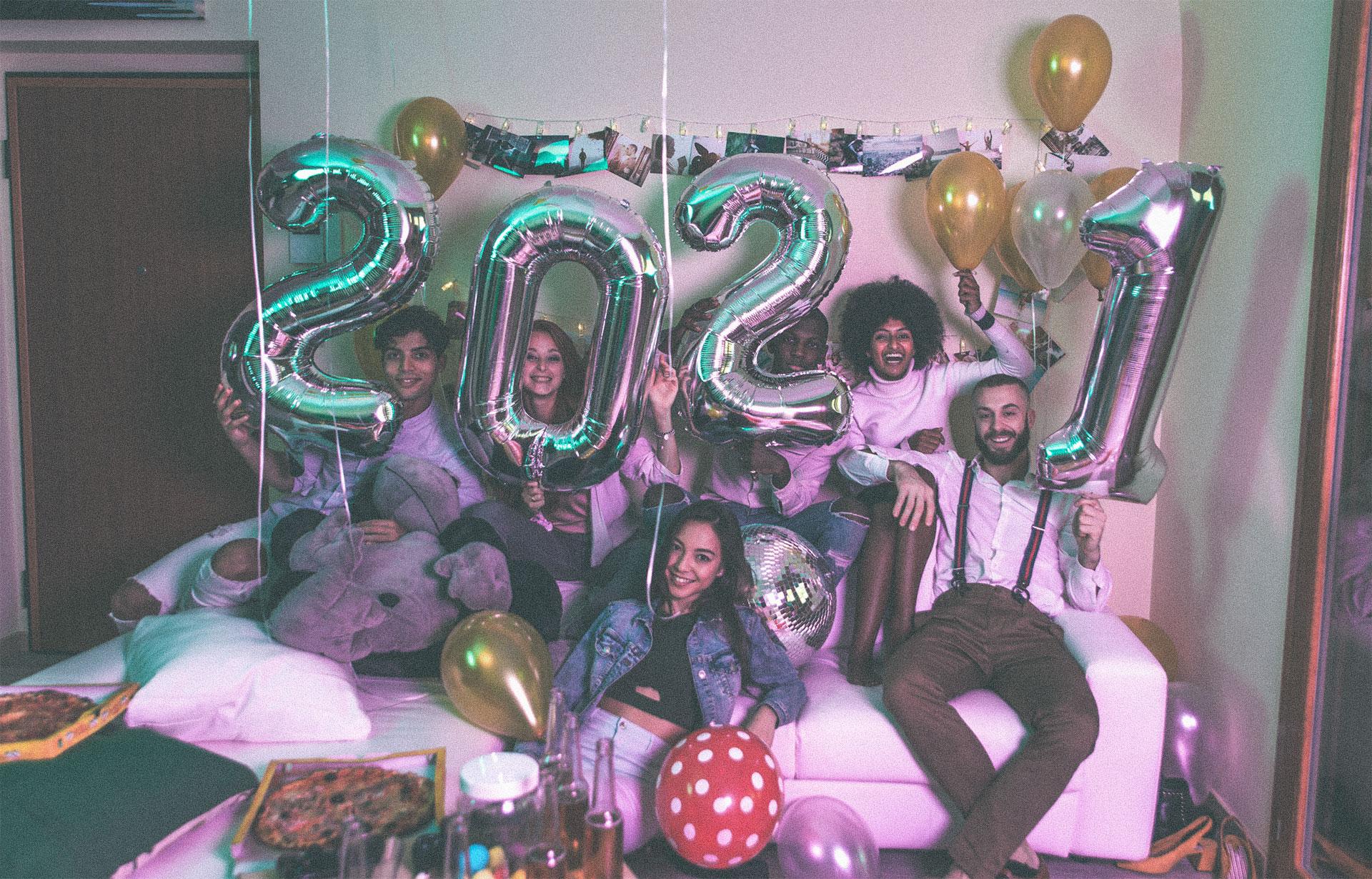 Groupe de personnes affichant 2021